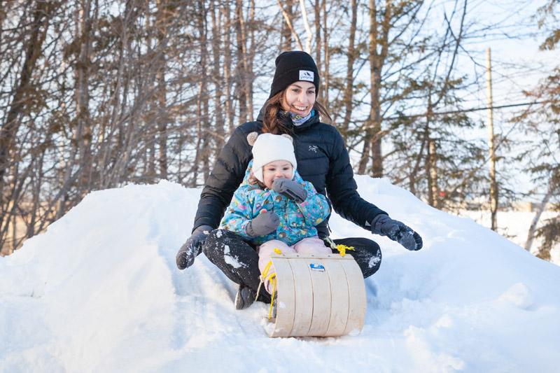 Camille glisse avec sa fille